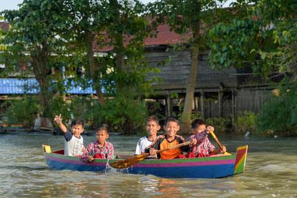 Lieve kinderen op een rivier in Sulawesi