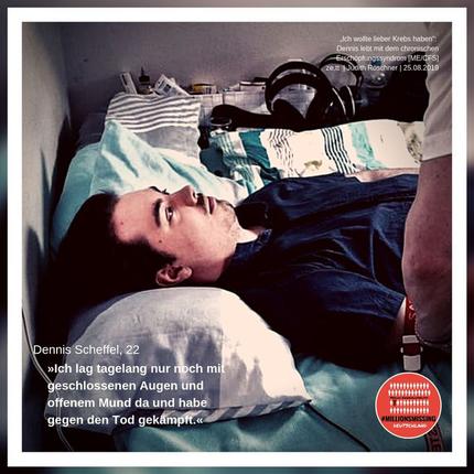 Dennis ist schwer krank. Auf dem Bild ist er zu sehen, wie er in seinem Bett liegt. Aufgrund der Erkrankung ME/CFS oder auch Myalgische Enzephalomyelitis kann er auch kaum Reize ertragen. Am Rande seines Bettes liegt ein Gehörschutz.
