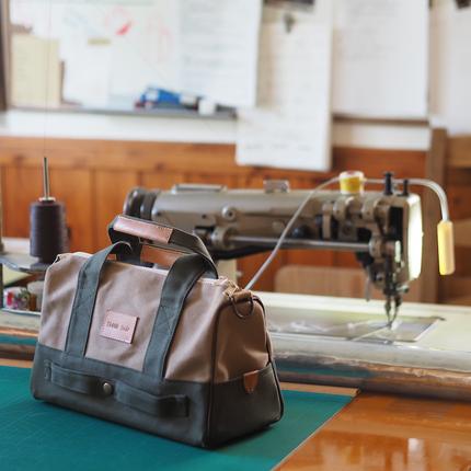 キャリーケースの上にのせるバッグ