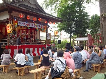 K-ON グランプリ 神楽殿で演奏するバンドと観客の様子