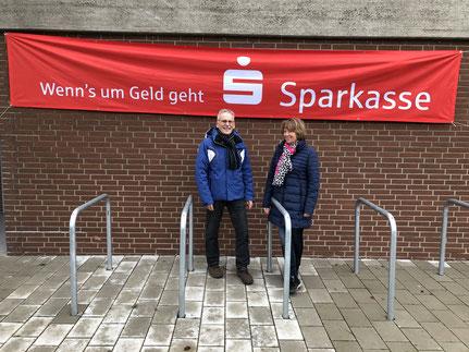 Günter und Irene Burgdorf kamen bei ihrer Tour durchs Dorf an der Sporthalle vorbei.
