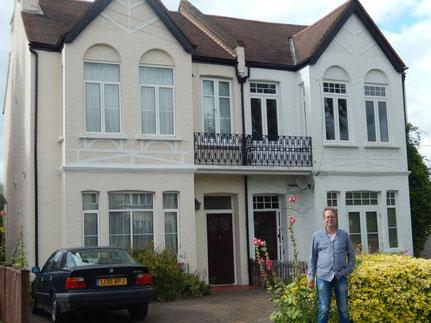 Robert C. Marley vor Inspector Swansons Wohnhaus
