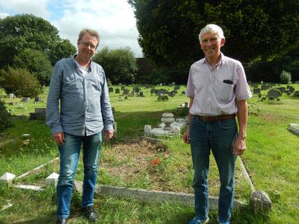 Bill Swanson und Robert C. Marley an Inspector Swansons Grab