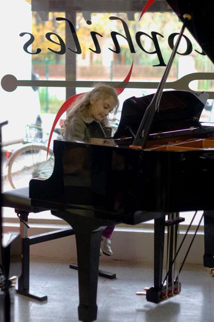 Pendant Minimarts aux Pianophiles, jeune pianiste