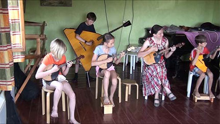 在社區中心舉行的音樂課與排練