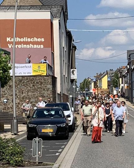 Die Prozession auf dem Weg zur Kirche.
