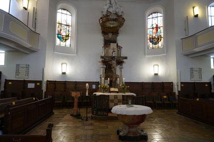 Stadtkirche Aalen, Altar und Taufstein