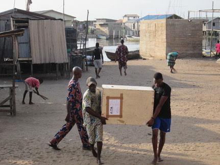 16 février 2015 : Le matériel est déchargé à Sô-Ava