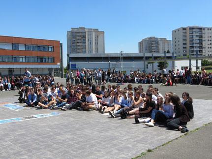 Les élèves rassemblés pour la cérémonie.