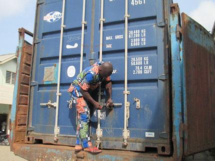 16 février 2015 : Arrivée du matériel informatique par container