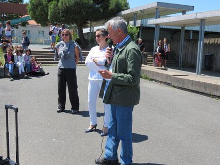 Le président de l'association remercient les élèves pour leur implication.
