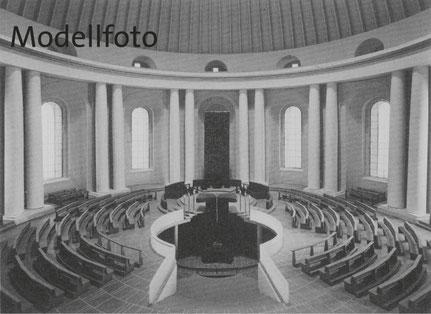 Das Modellfoto zeigt Schwipperts Planung der Innengestaltung der Hedwigskathedrale, die ausgeführt und 1963 durch Kardinal Bengsch eingeweiht wurde, wie durch historische Fotos belegt.