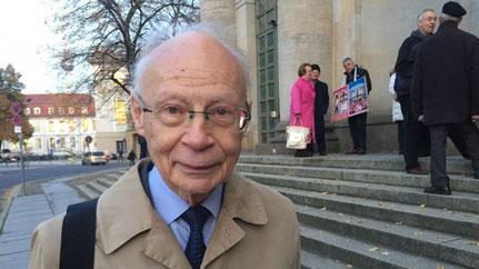Prof. Dr. Dr. h.c. Hans Joachim Meyer nimmt an der Protestwache teil.