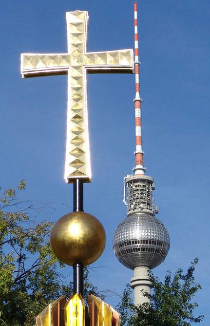 Kreuze auf den Kuppeln des Evangelischen Doms, auf Ulbrichts Telespargel