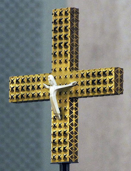 Altarkreuz in seitlicher Detailansicht _ Foto: Hubertus Konitz