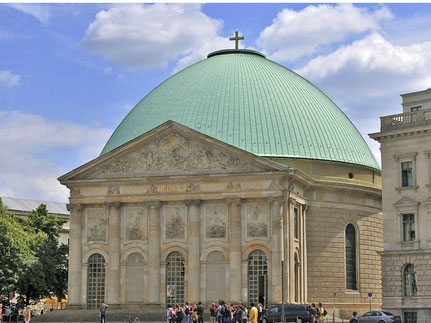 """Die Kathedrale mit weithin sichtbarem Kuppelkreuz, das nach Auffassung des Erzbistums Berlin """"""""nur aus einer Richtung wahrzunehmen wäre"""". Der Kultursenator hält dies für plausibel?"""