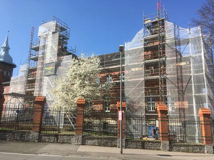 Detmold Uni Arbeitsgerüst für Fassadensanierung, Stellung von zwei 500 kg Lastenaufzügen.