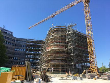 Bielefeld Schüco Erweiterung mit zwei Fluchttreppentürmen Laufbreite 1,25 m, Höhe 25,00 m.