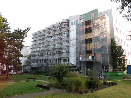 Bünde Klinikum. Fassadeneinrüstung und Stellung eines Lastenaufzuges 1,5 t.