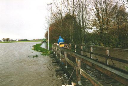 Hochwasser an der Hachebrücke beim Schwimmbad 1998 / Foto: B. Ansteeg