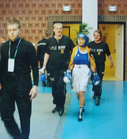 Nicole mit ihren Betreuern beim Einmarsch zu ihrem Viertelfinalkampf geeen Tatiana Tchalaia (Rus)