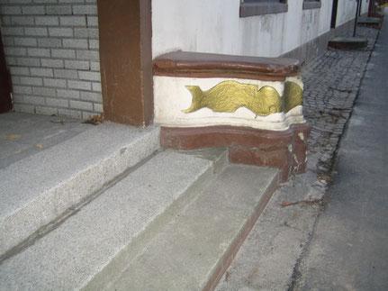 """2009 ist der kunstvoll gestaltete Eingang noch erhalten.   Der Eingang und das Hoftor lassen noch etwas von der alten """"Gaststätten-Herrlichkeit"""" erahnen."""