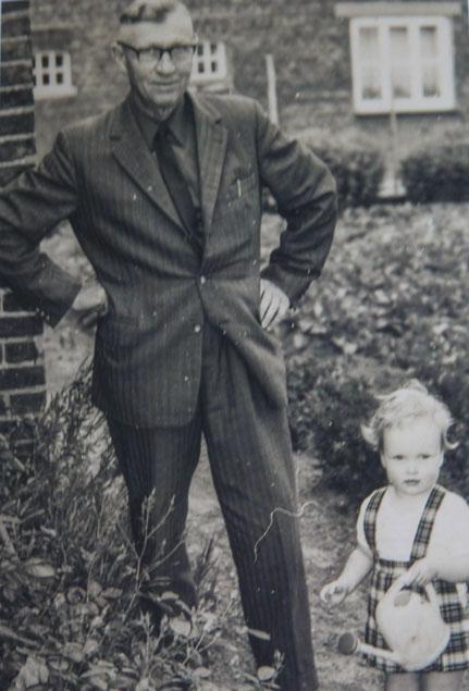 Friedrich (Fidi) Dörgeloh mit seiner Enkelin