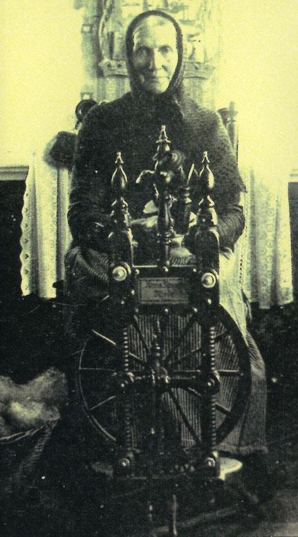 Die Bäuerin Wübke Bösche am Spinnrad (Foto/Repro: GEO)