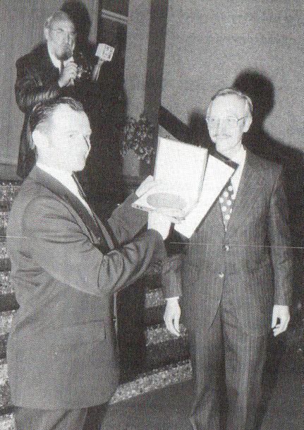 Überreichung der Zelter-Plakette durch den Vertreter des Regierungspräsidenten in Hannover 'Dr. Hackbarth