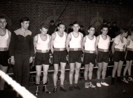 Die Staffel des Boxrings 46 im Emder Ring im Februar 1954