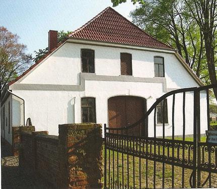 In der Broschüre zum 100jährigen Bestehen der Melchiorshauser Feuerwehr stellt Wilfried Meyer ein Foto vom Dammschmidt'schen Hause ein. Es zeigt das Haus nach einer Renovierung im Jahr 2006.