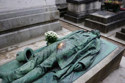 La tombe de Victor Noir. Toucher la proéminence rendrait les femmes fertiles...