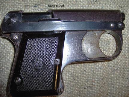 Prunkstück meiner Sammlung: ASS 33/6 Lacrimae Pistole aus den 30er Jahren. Verschlusslos und die erste Halbauto SSW überhaupt! Auch derartige Waffen bekomme ich in meine WBK eingetragen.