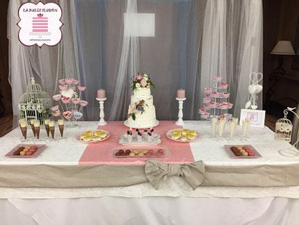 Mesa dulce con flores. Candy bar con tarta de boda. La dulce ilusión cartagena, murcia