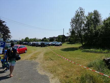 ...einen großen Ersatz-Parkplatz unmittelbar am Freibad-Eingang ausgewiesen!!!