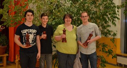 v.l.n.r. Hannes Trapp (U18), Bjarne Wiemann (U12), Anke Behrend (beste Frau), Maximilian Rützler (Gesamtsieger)