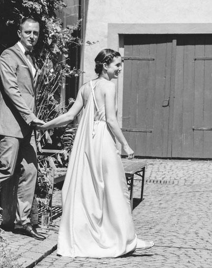 Hochzeit im schlichten Seidenkleid mit Perlen