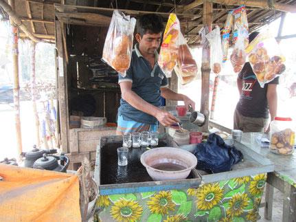 周辺の茶店で大豆食品委託販売。病院の近くのこのお店は売れ行きが良い。