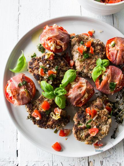 Saftige Fleischküchle mit gefüllten Tomaten aus dem Ofen