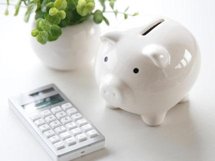 Sparschwein und Taschenrechner für die Baufinanzierung