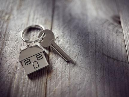 Schlüssel mit Immobilie als Anhänger
