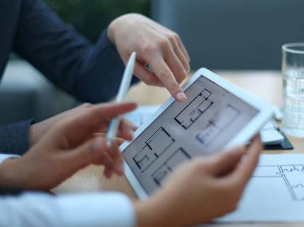 Experten mit Tablet bei der Immobilienberatung