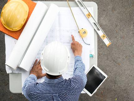 Architekt mit Bauplänen bei der Generalplanung