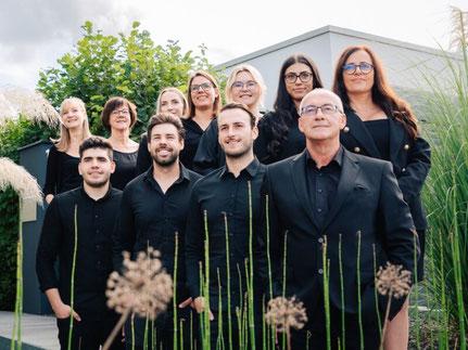 Mitarbeiter der K5 Projektmanagement GmbH vor dem Unternehmensgebäude