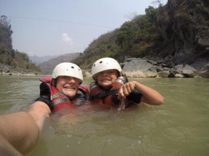 Zwei Personen im Wasser mit Helm