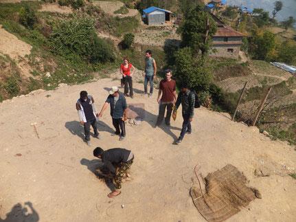 Feldbesuch mit Good Earth Nepal und Carissimo e.V. - Hier wird wahrscheinlich bald ein kleines Erdsackhaus stehen