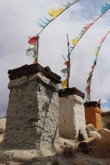 Drei Chorgen mit Gebetsfahnen Lo Manthang