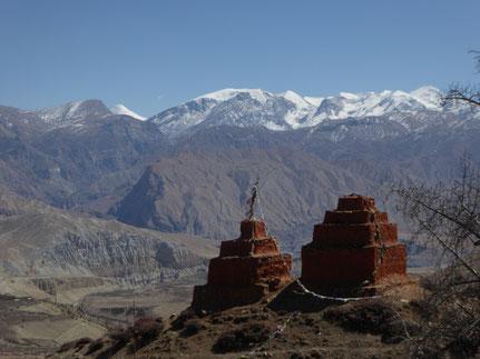 Aussicht schneebedeckte Berge und Chorten Mustang