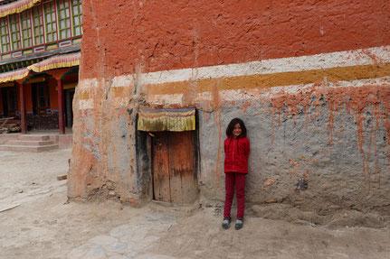Kind neben kleiner Tür