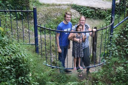 Drei Menschen an Zaun, Devi Falls